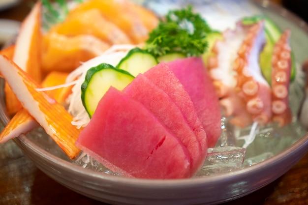 Sashimi di cibi giapponesi (pesce crudo a fette, crostacei o crostacei) Foto Premium