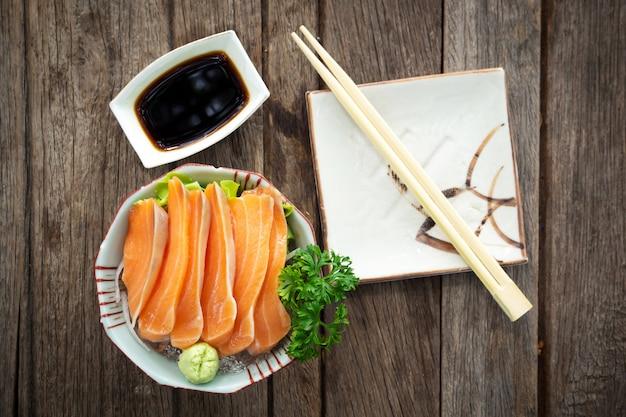 Sashimi di salmone pesce fresco. menu preferito di cibo giapponese. Foto Premium