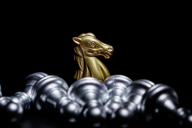 Scacchi cavaliere d'oro su sfondo nero Foto Premium