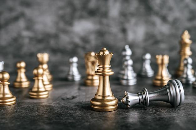 Scacchi dell'oro e dell'argento sul gioco di scacchiera per il concetto di direzione della metafora di affari Foto Gratuite
