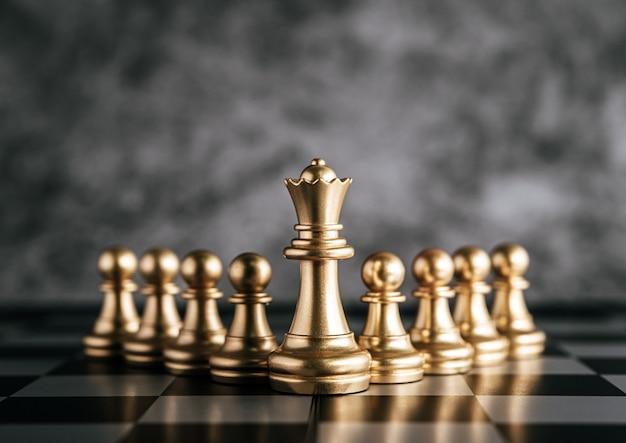 Scacchi dell'oro sul gioco della scacchiera per il concetto di direzione della metafora di affari Foto Gratuite