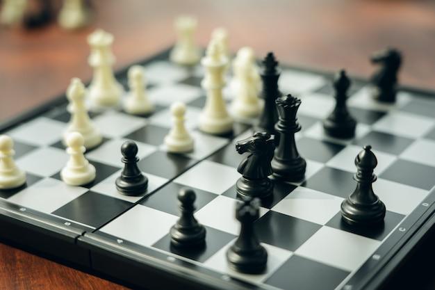 Scacchiera con un pezzo degli scacchi sul retro negoziare negli affari. Foto Premium