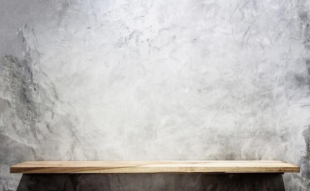 Scaffali di legno superiore vuoti e fondo della parete di pietra. per la visualizzazione del prodotto Foto Premium