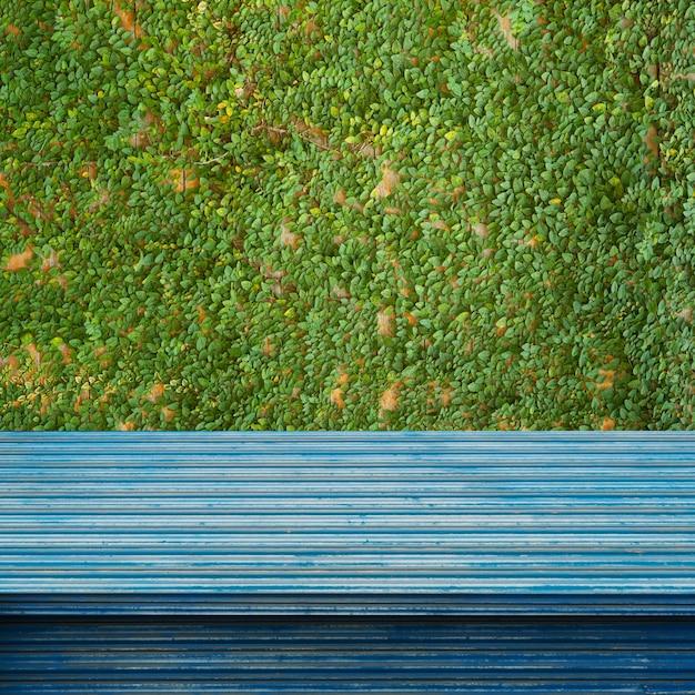 Scaffali o tavoli vuoti vuoti sullo sfondo della parete. Foto Premium