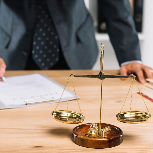 Scala della giustizia dietro l 39 avvocato che firma il for Scrivania avvocato