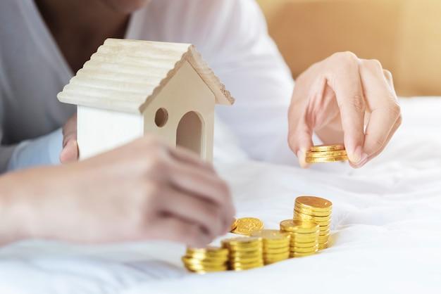 Scala della proprietà, concetto di ipoteca e immobiliare. Foto Premium