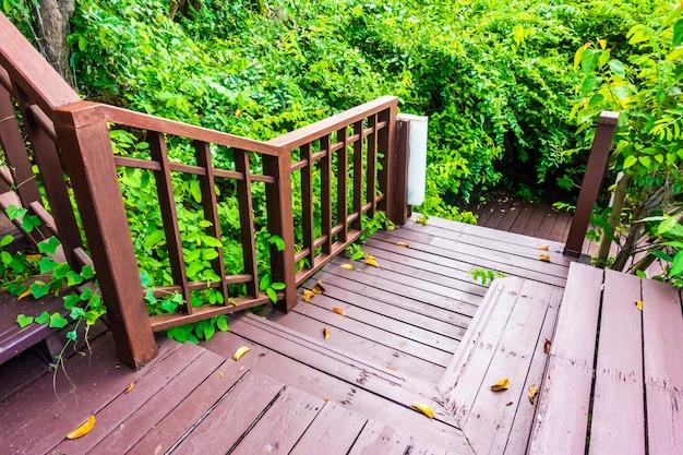 Scala esterna in legno nella foresta Foto Gratuite
