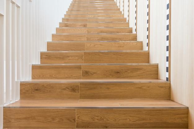 Scala in legno per la decorazione domestica, scala domestica con ringhiera Foto Premium