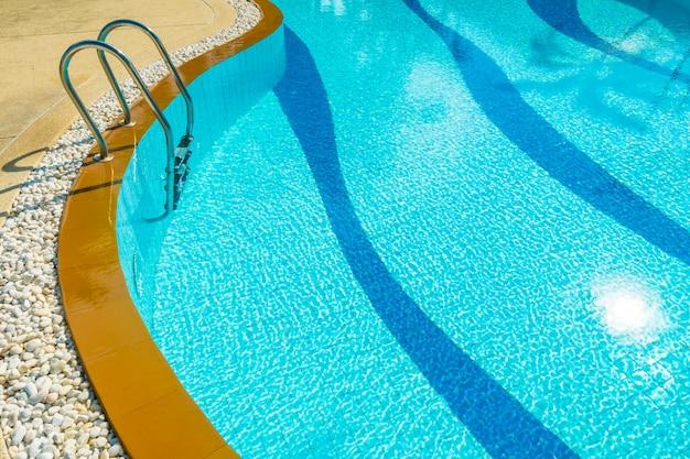 Scala intorno alla piscina in hotel e resort Foto Gratuite