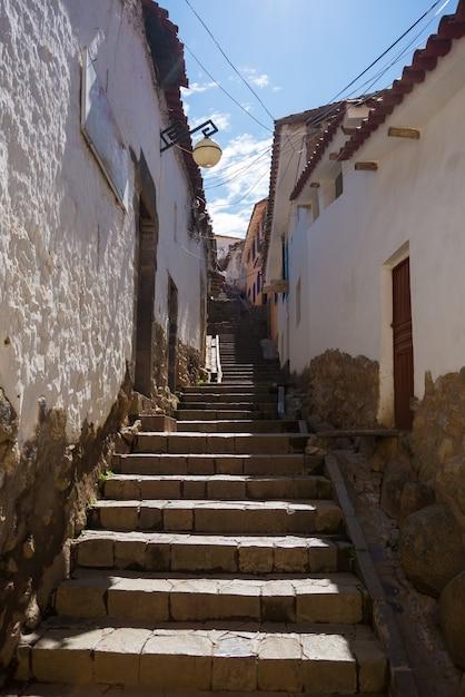 Scala nel vicolo stretto del quartiere di san blas, cusco, perù Foto Premium
