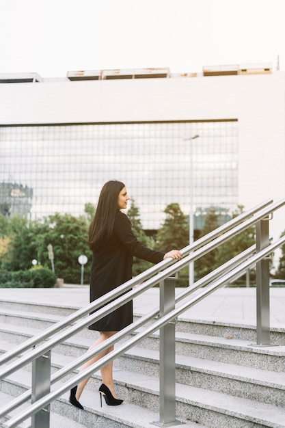 Scala rampicante della donna di affari Foto Gratuite