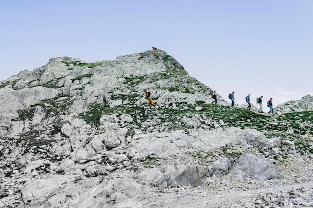 Scalatori con zaini. montagna delle alpi. journey travel trek e concetto di vita reale. natura meravigliosa. riposa in montagna. Foto Premium