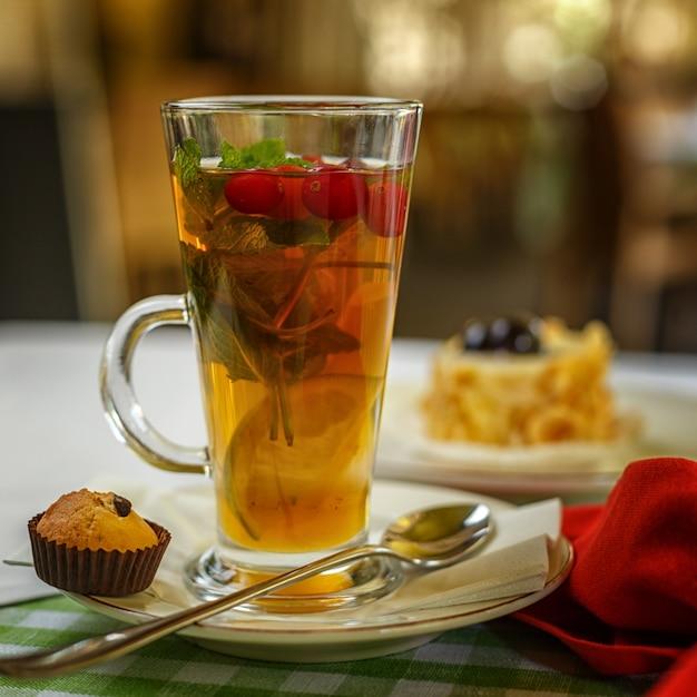 Scalda il tè alla frutta sul tavolo. tavolo da ristorante. Foto Premium