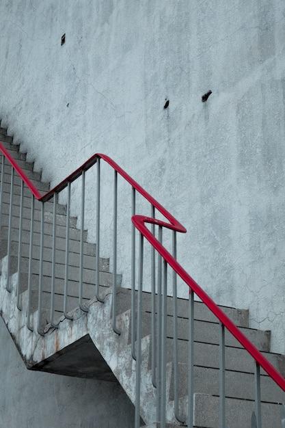 Scale concrete con un corrimano rosso Foto Gratuite