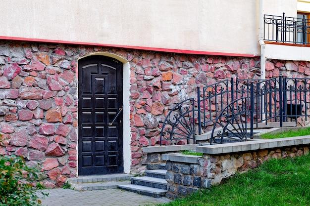 Scale e muro di pietra di un edificio Foto Premium
