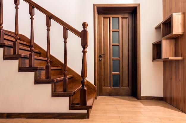 Scale e porte di legno moderne della quercia marrone in casa rinnovata Foto Premium