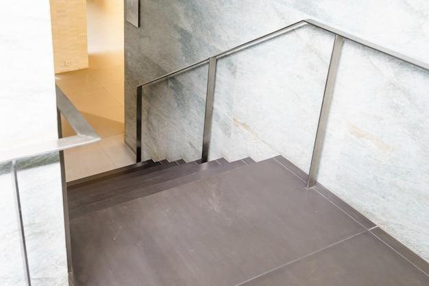 Scale interne, scala in casa moderna, scala in edificio moderno Foto Premium