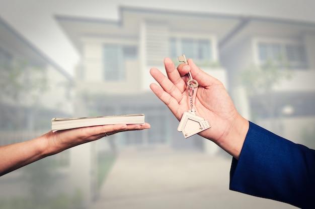 Scambio di soldi per le chiavi di casa Foto Premium