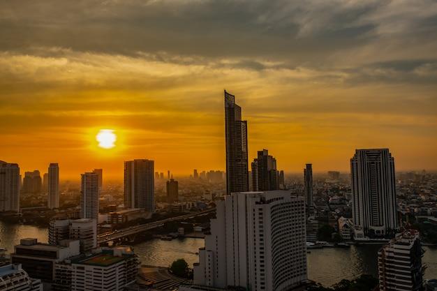Scape della città alla riva del fiume a bangkok Foto Premium