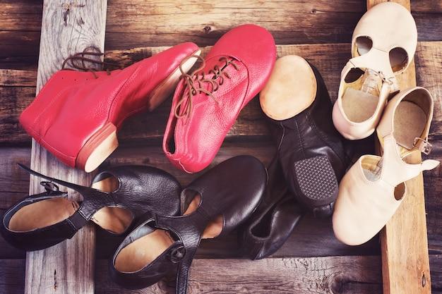 Scarpe da danza jazz di diversi colori, l'immagine è colorata Foto Premium