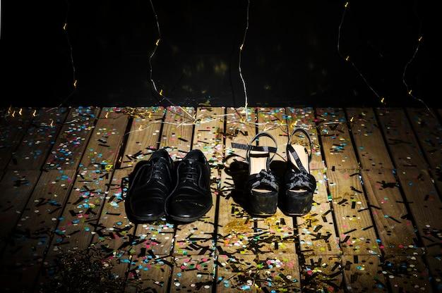 Scarpe da donna e stivali da uomo tra i coriandoli Foto Gratuite