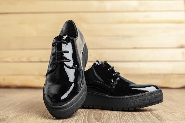 Scarpe da donna su fondo in legno Foto Premium