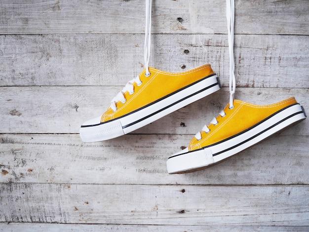 Scarpe da ginnastica gialle con lacci bianchi Foto Premium