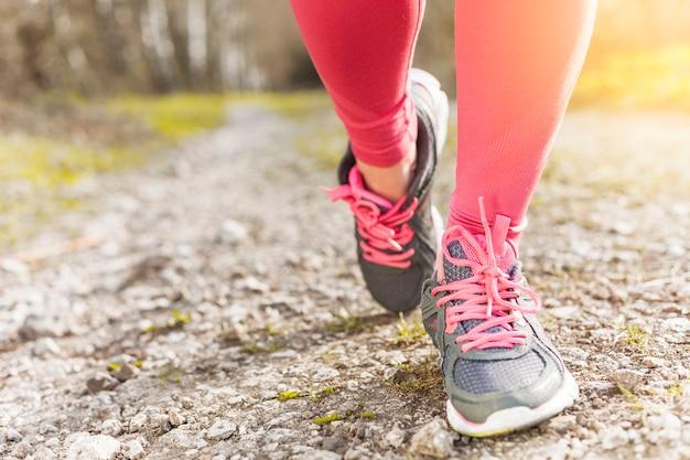 Scarpe da ginnastica grigie e rosa a terra Foto Gratuite