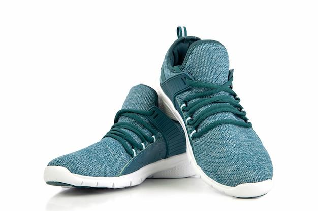 Scarpe da ginnastica o scarpa da corsa verde di sport isolate su un fondo bianco Foto Premium