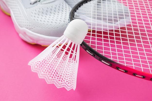 Scarpe da ginnastica, racchette da badminton e volano Foto Premium