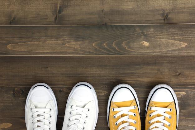 Scarpe da ginnastica su fondo in legno Foto Premium