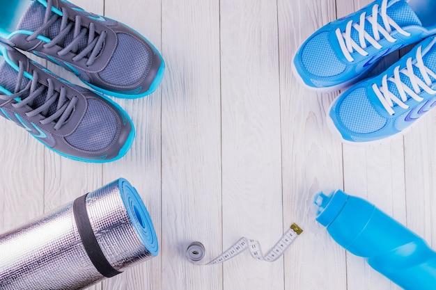 Scarpe da ginnastica tappetino bottiglia d'acqua Foto Premium