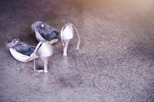 Scarpe da sposa sul pavimento di cemento. scarpe da sposa Foto Premium