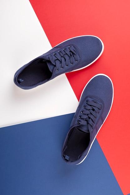 Scarpe da tennis marine blu su backgroung blu, rosso, bianco Foto Premium
