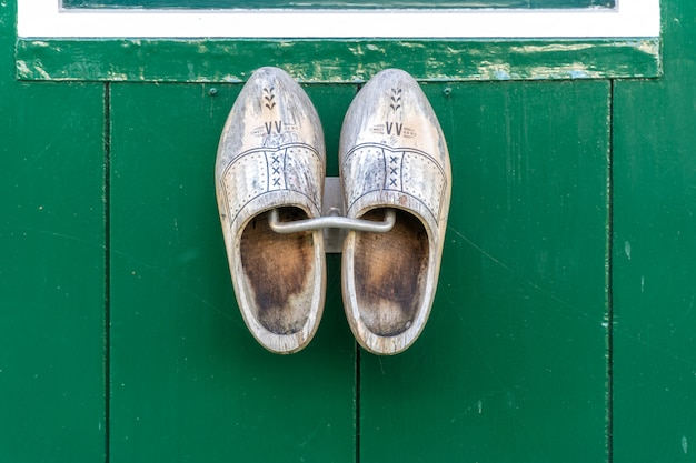Scarpe di legno olandesi tradizionali che appendono ad una parete Foto Premium
