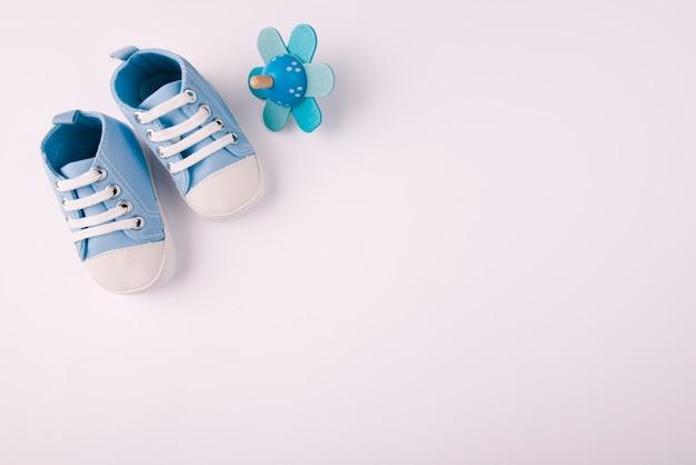 Scarpe per bambini e ciuccio copia spazio Foto Gratuite