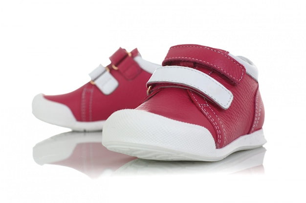 Scarpe rosa del bambino isolate su fondo bianco Foto Premium