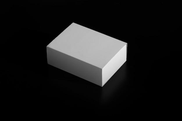 Scatola bianca. scatola in movimento. scatola di cartone bianca isolata sul nero Foto Premium