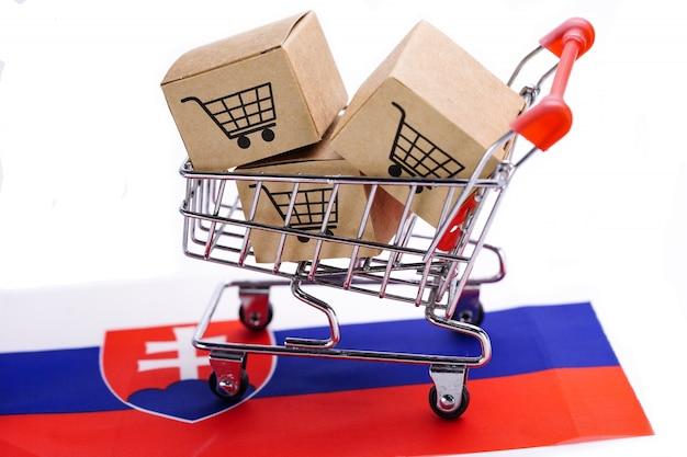 Scatola con logo del carrello e bandiera della slovacchia. Foto Premium