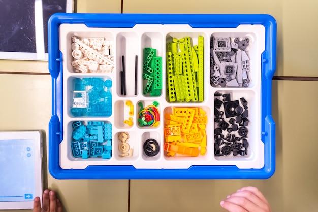 Scatola con pezzi per creare robot con blocchi lego wedo programmabili. Foto Premium