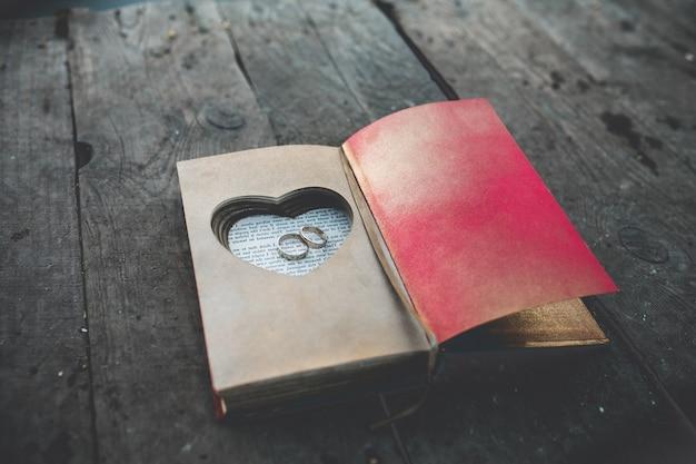 scatola d'epoca con anelli di nozze Foto Gratuite