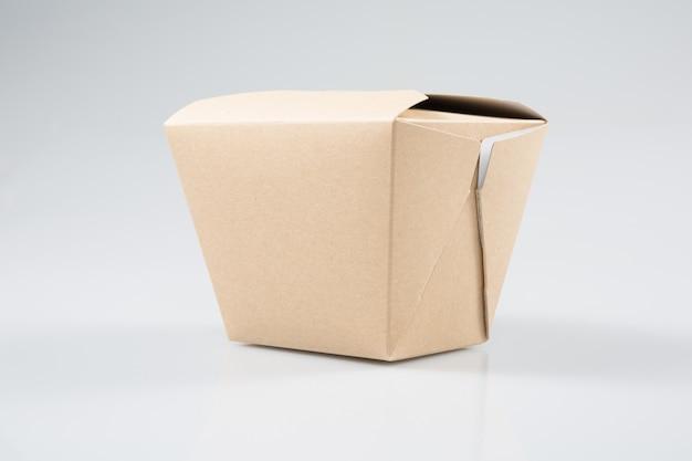 Scatola da asporto del ristorante cinese da asporto della scatola di carta isolata su fondo bianco Foto Premium