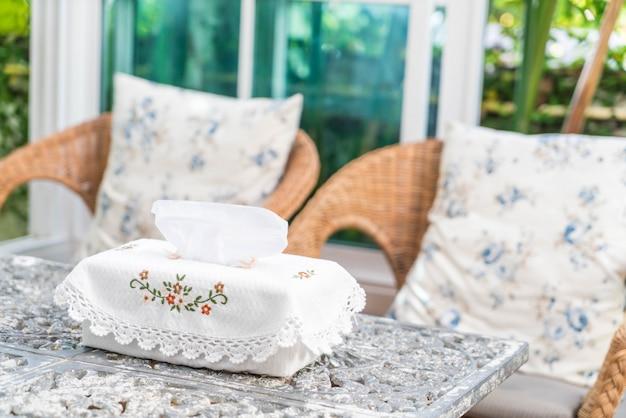 Scatola del tessuto sul tavolo Foto Premium