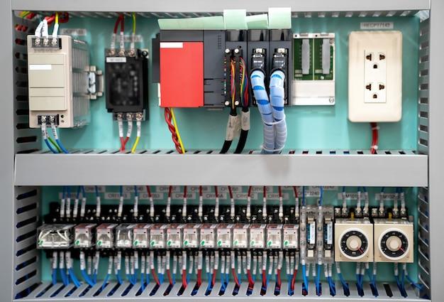 Scatola di bassa tensione con potenza elettrica. background tecnico con unità programmabili. Foto Premium