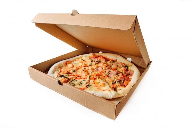 Scatola di cartone con pizza isolata su una priorità bassa bianca. Foto Premium