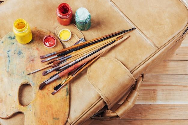 Scatola di colori ad acquerello, pennelli artistici su tela. Foto Premium