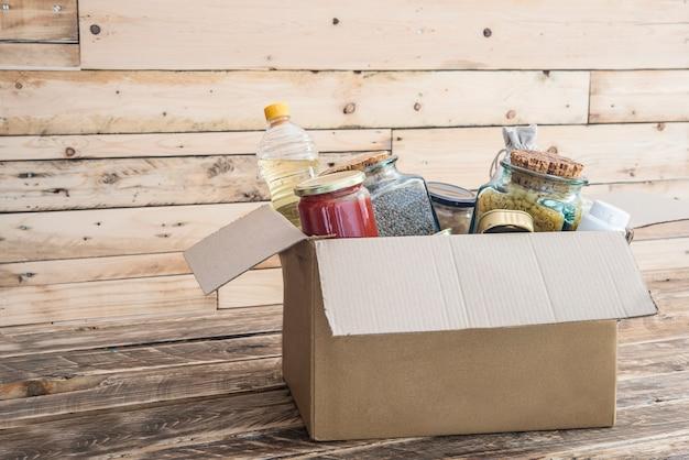 Scatola di donazione di cibo per le vittime Foto Premium