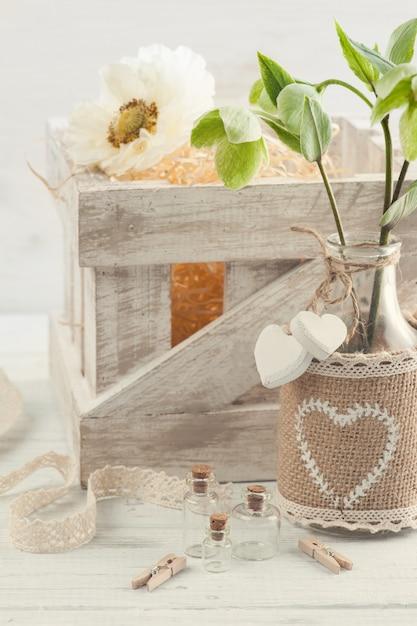 Scatola di legno con papavero e fiori Foto Premium