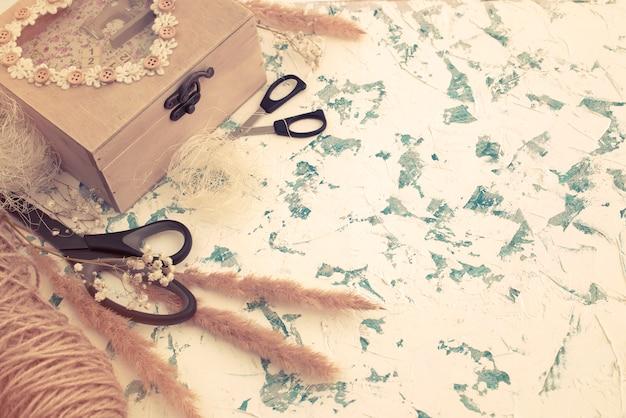 Scatola di legno in stile vintage su priorità bassa strutturata. Foto Premium