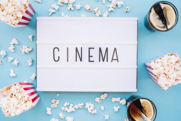 Scatola di popcorn con un segno del cinema Foto Gratuite